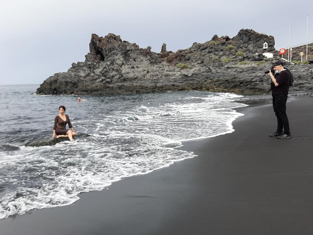"""Daniel Mordzinski haciendo una """"fotinski""""a la poetisa Yolanda Castaño en la playa de Charco Verde."""